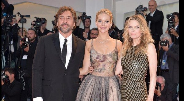 "Il giorno di Jennifer Lawrence a Venezia74: tutte le foto del red carpet di ""mother!"" con Javier Bardem"
